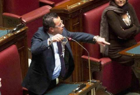 Ιταλός βουλευτής έβγαλε χειροπέδες την ώρα της συνεδρίασης! (βίντεο)