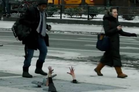 Απίστευτη φάρσα: Χέρια ζόμπι πετάγονται από φρεάτια! (vid)