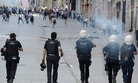 Δακρυγόνα και νερό υπό πίεση στους διαδηλωτές στην Τουρκία