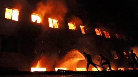 Ντάκα: Παραδόθηκαν ιδιοκτήτες εργοστασίου όπου κάηκαν 112 εργαζόμενοι