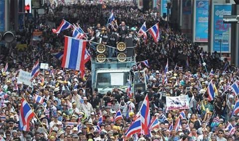 Ταϊλάνδη: Εντάλματα σύλληψης και «χειροπέδες» για τις διαδηλώσεις