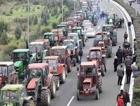 Αγρότες σήκωσαν τις μπάρες στα διόδια Καλαμακίου