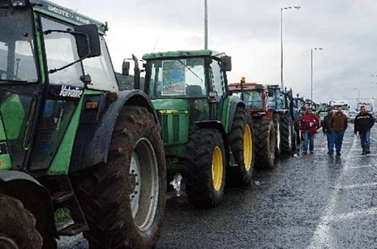 Αγρότες μοιράζουν ρύζι στα διόδια των Μαλγάρων