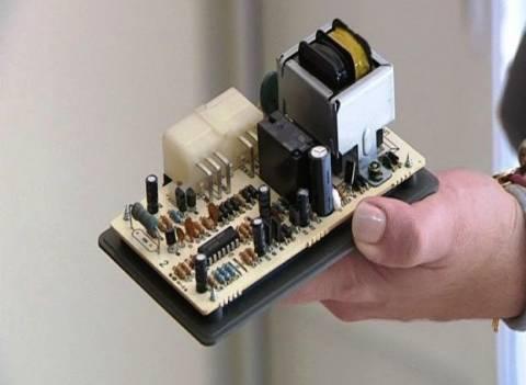 Βραχυκύκλωμα σε κολόνα της ΔΕΗ έκαψε δεκάδες ηλεκτρικές συσκευές (vid)
