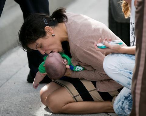 Συγκλονιστική φωτογραφία: «Καλοί Σαμαρίτες» έσωσαν μωρό από θάνατο