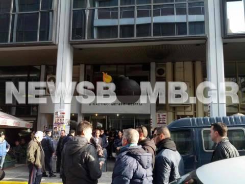 Λαθρεμπόριο καυσίμων: Συνωστισμός έξω από τα δικαστήρια Πειραία(pic)