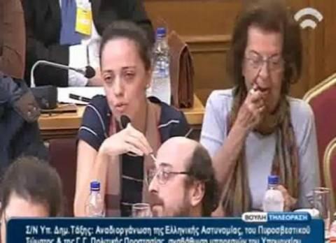 Βίντεο: Δοκίμασε και έβαλε κραγιόν κατά την διάρκεια Επιτροπής!