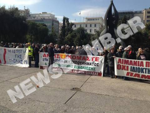 ΤΩΡΑ: Ξεκίνησε η πορεία των λιμενεργατών προς τη Βουλή (pics)