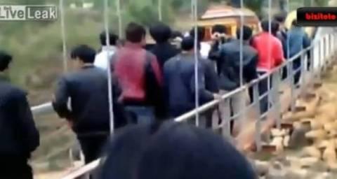 Unbelievable incident: Bridge collapses in Vietnam during funeral
