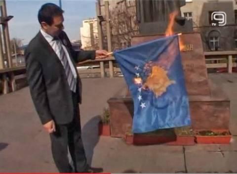 Σέρβος καίει τη σημαία του Κοσσυφοπεδίου στο Βελιγράδι (βίντεο)