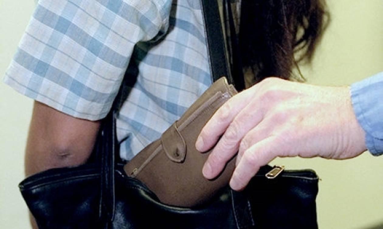 Σύλληψη 19χρονης που έκλεβε πορτοφόλια επιβατών