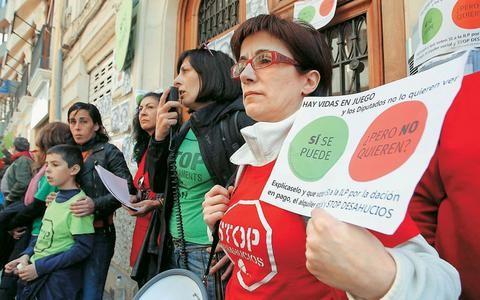 Ισπανία: Πετούν τον κόσμο από τα σπίτια τους με τη βία