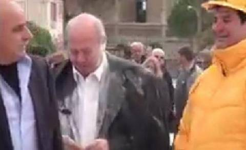 Αλεύρωσαν τον δήμαρχο στο Ληξούρι (vid)