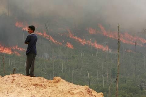 Με αναπνευστικά προβλήματα χιλιάδες Ινδονήσιοι από τις δασικές φωτιές