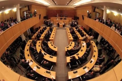 Κινητοποιήσεις έξω από την κυπριακή βουλή για το νομοσχέδιο