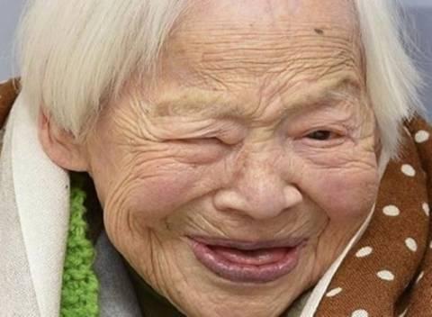 Η γηραιότερη γυναίκα στον κόσμο αποκαλύπτει τα μυστικά μακροζωίας της