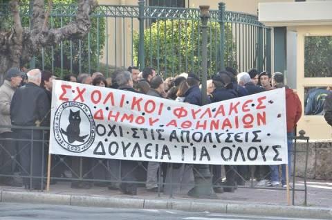Συγκέντρωση σχολικών φυλάκων έξω από τη Βουλή (photos)
