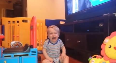 Μωρό βλέπει παρουσιαστή ειδήσεων και... κλαίει! (βίντεο)