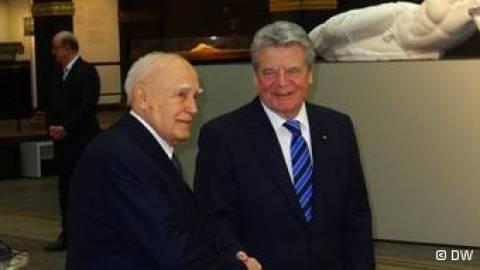 FAZ: «Στο ρυθμό του πρωτοκόλλου» η επίσκεψη Γκάουκ