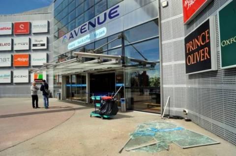 Marousi: Invasion of a car in Avenue mall (pics)