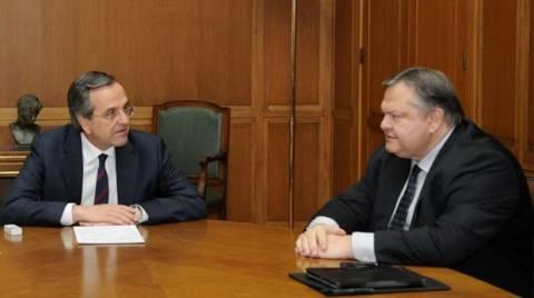 Σε εξέλιξη συνάντηση Σαμαρα-Βενιζέλου για Τρόικα και Ουκρανία