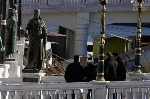 Σκόπια: Προεδρική φρουρά φυλάει το άγαλμα του Ντουσάν!