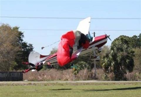 Αλεξιπτωτιστής μπλέχτηκε με αεροπλάνο (pics)
