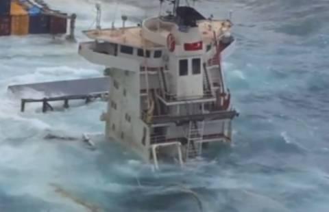 Βίντεο: Κύματα σκεπάζουν μισοβυθισμένο πλοίο στη Μύκονο