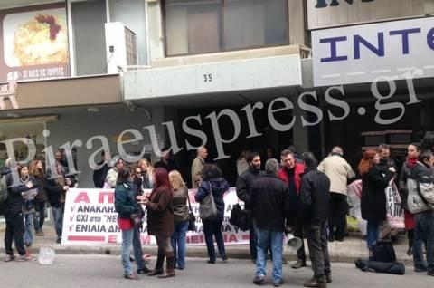 TΩΡΑ:Κατάληψη του κτιρίου της Δευτεροβάθμιας Εκπαίδευσης Πειραιά (vid)