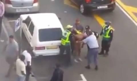 Αστυνομικοί χτυπούν ανελέητα νεαρό επειδή είναι μαύρος! (βίντεο)