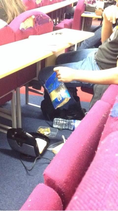 Φοιτητής ψήνει τοστ κατά τη διάρκεια μαθήματος!