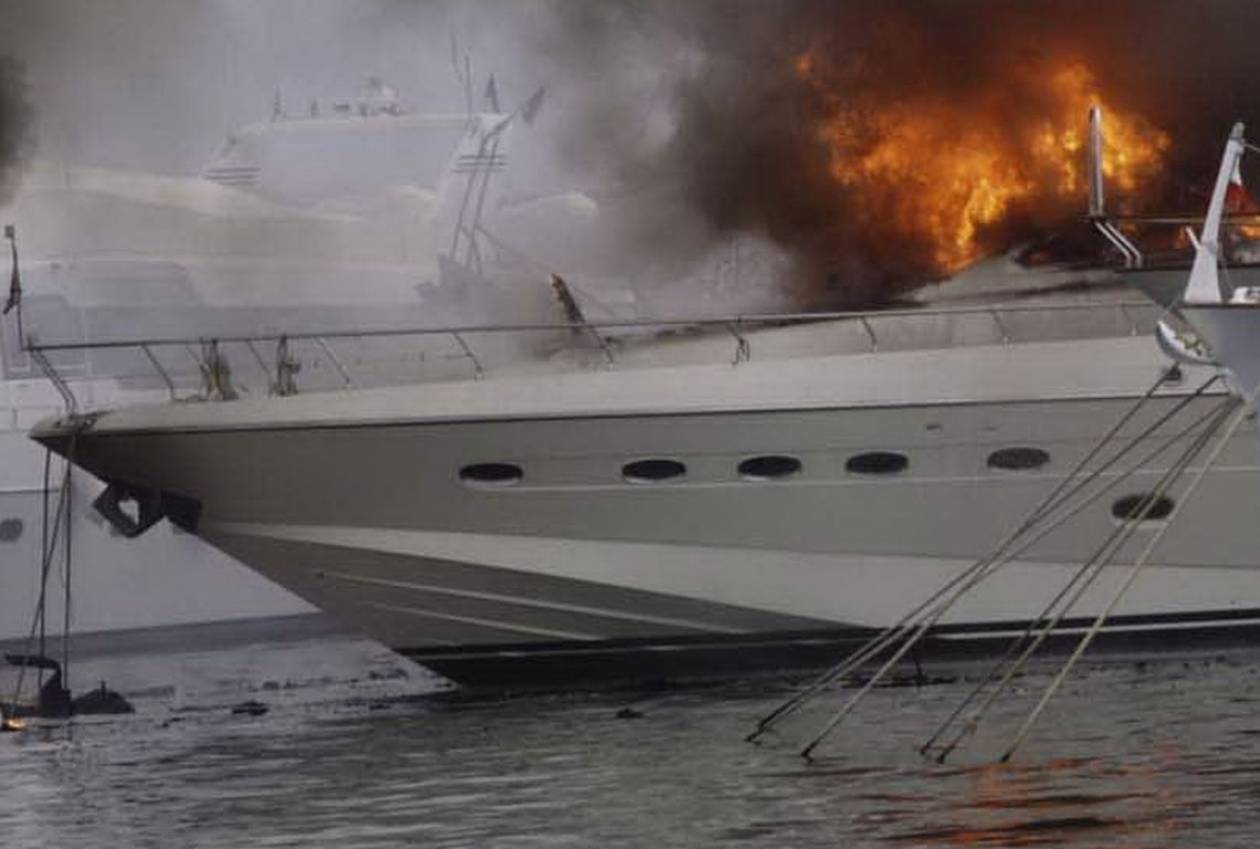 Χανιά: Κάηκε ολοσχερώς θαλαμηγός στο λιμάνι