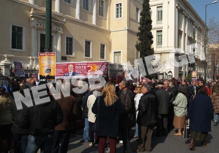 Διαμαρτυρήθηκαν έξω από το ΣτΕ οι ομολογιούχοι (pics)