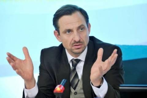 Χατζημαρκάκης: Αλυσοδέθηκε στην Ευρωβουλή και φώναζε...