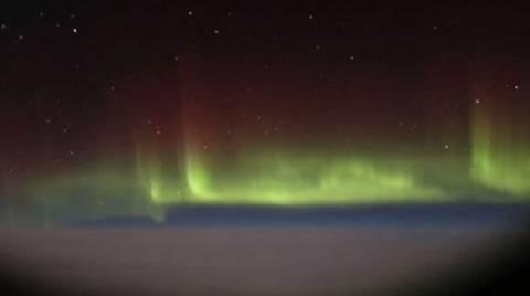 Το Βόρειο Σέλας από το παράθυρο ενός αεροπλάνου (video)