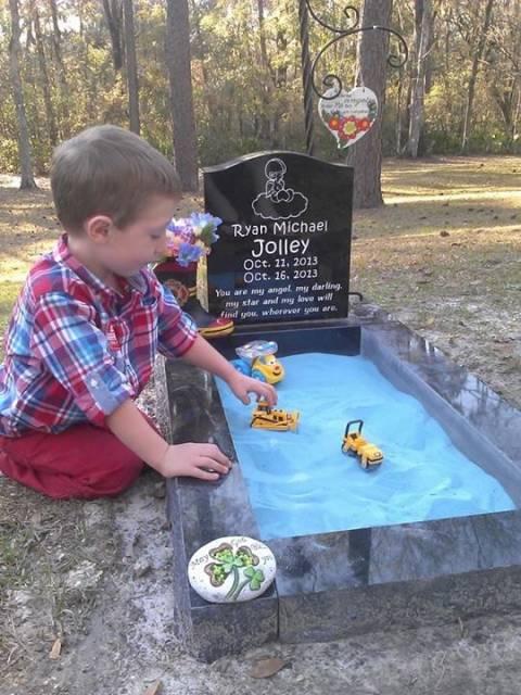 Έκανε τον τάφο παιδότοπο για να παίζει με τον αδερφό του... (βίντεο)