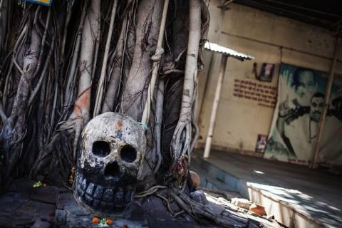 Η φυλή κανιβάλων που έχει κρανία για ποτήρια και τρέφεται με νεκρούς!