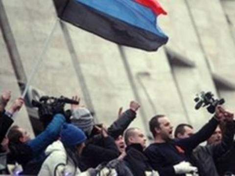 Protesters besiege the police headquarters in Donetsk