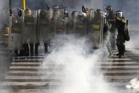 Στρατιώτες της Εθνικής Φρουράς εναντίον διαδηλωτών στο Καράκας