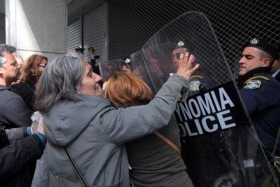 Καθαρίστρια άρπαξε το γκλομπ αστυνομικού των ΥΜΕΤ (pics)