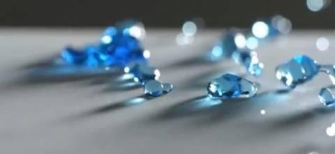 Νερό πέφτει στην επιφάνεια σε slow motion!