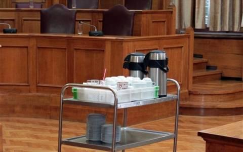 Κόπηκαν οι καφέδες στη Βουλή και ξεκίνησαν οι… απολύσεις!