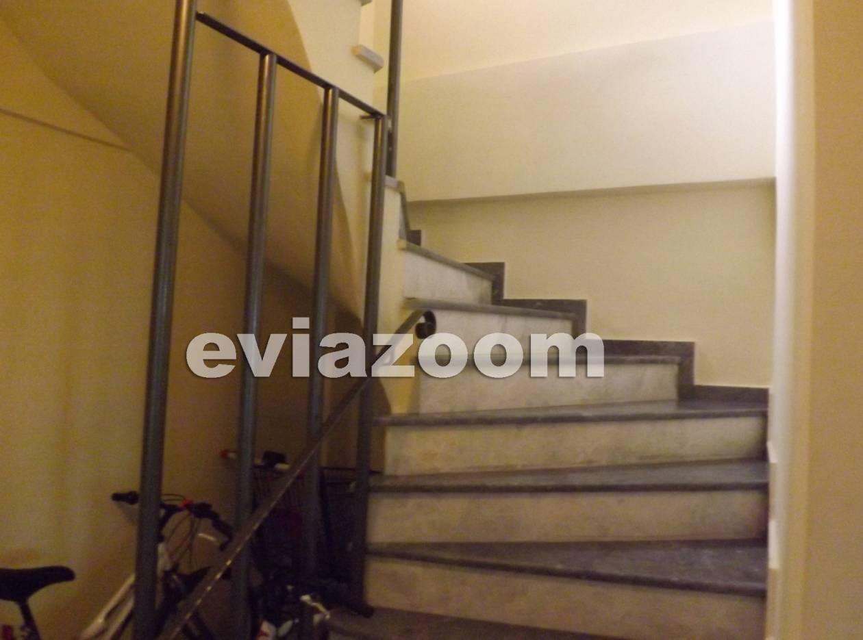 Εύβοια: Πατριός ξυλοκόπησε και πέταξε από τις σκάλες 10χρονη