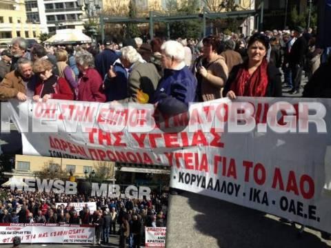 Σε εξέλιξη οι πορείες στο κέντρο της Αθήνας