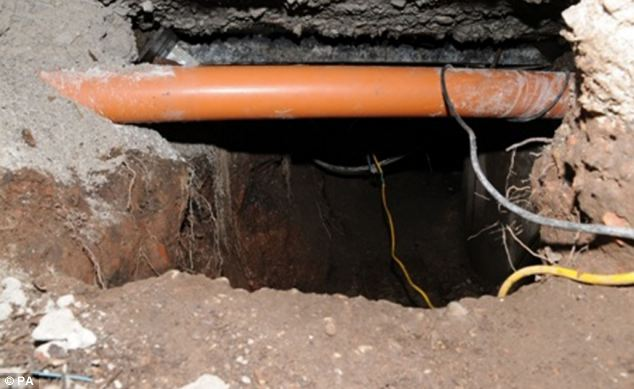 Μάντσεστερ: Ληστές έσκαψαν 15 μέτρα τούνελ! (photos)