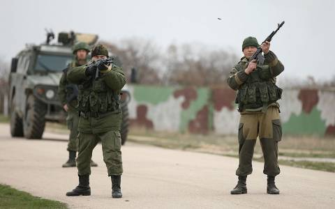 Πυροβολισμοί έξω από αεροπορική βάση στην Κριμαία