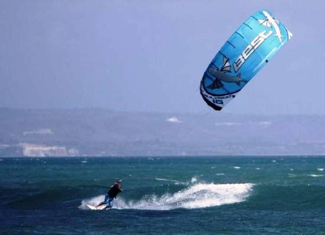 Κινδύνεψε χειριστής kitesurf στην Αρτέμιδα