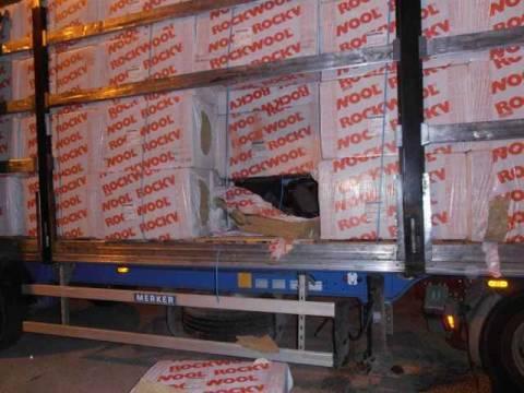 Ηγουμενίτσα: Το φορτηγό είχε μπαταρίες και... παράνομους μετανάστες