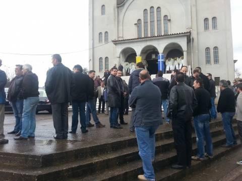 Οδύνη και οργή στην κηδεία του άτυχου υπαρχιφύλακα (photos)
