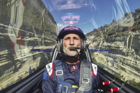Διέσχισε με αεροπλάνο τη Διώρυγα της Κορίνθου (photos)